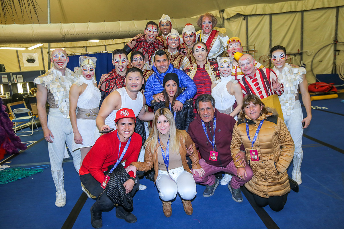 Gary Medel junto al elenco de Kooza del Cirque du Soleil