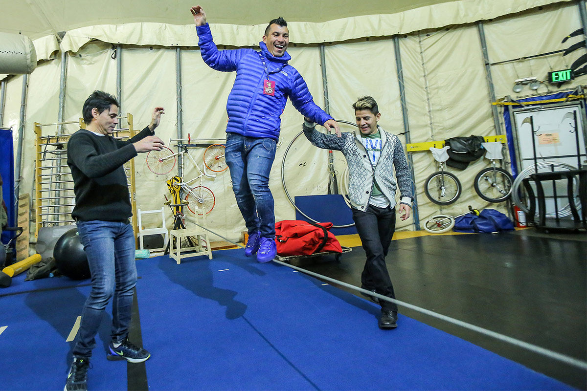 "Gary Medel junto al elenco de ""Kooza"" del Cirque du Soleil"